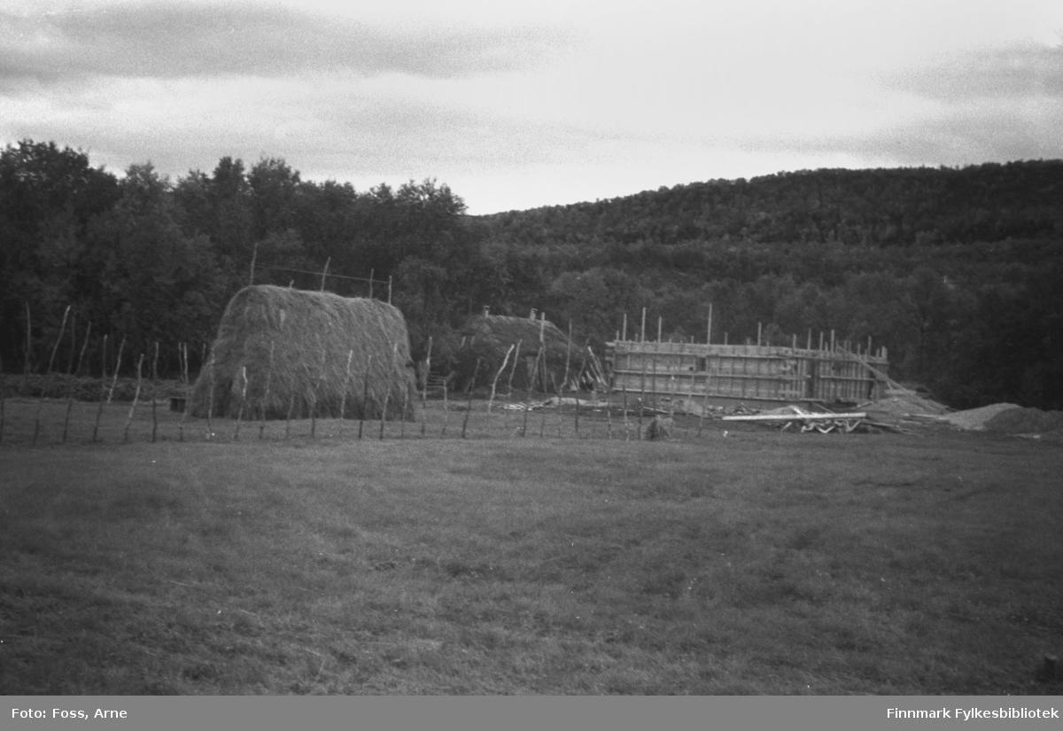 Diverse byggearbeider i Tanadalen, august-september 1946. En hesje, en gamme, og et gjenreisningshus under oppbygging.