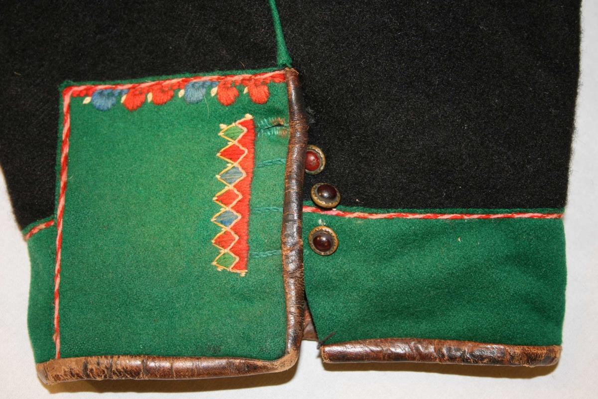 Lang bukse med klaff, skinn bak, grøne kantingar, brodert