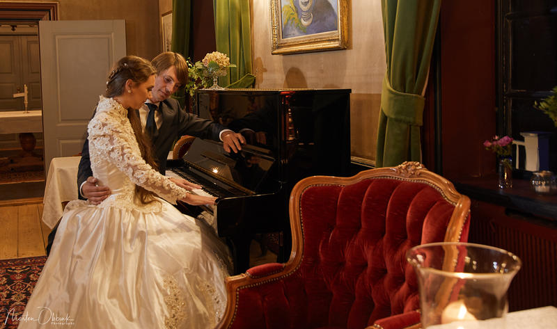 Brudepar_ved_piano_i_salongen._Foto_Morten_Obbink.jpg (Foto/Photo)