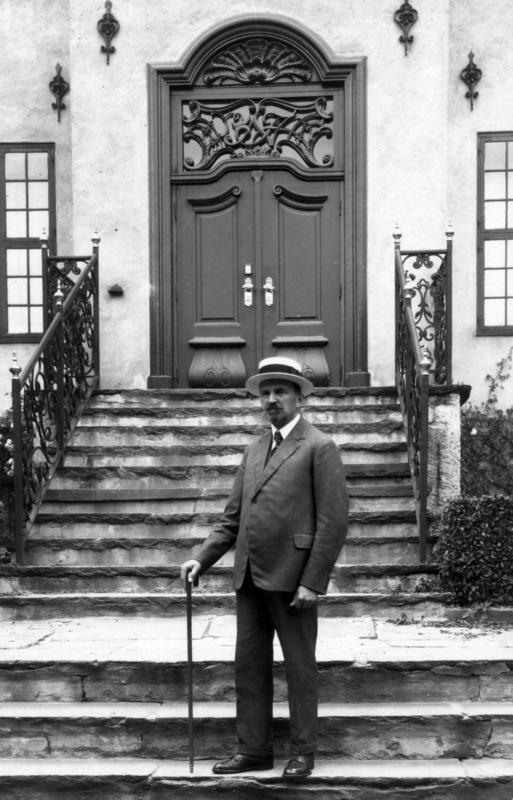 Direktør Hans Aall fotografert foran inngangen til Byavdelingen i 1929.