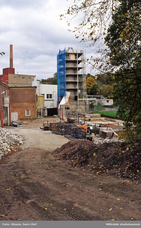 Syratornet på pappersbruket Papyrus fabriksområde i Forsåker, Mölndal, rivs i oktober 1999. D 32:40.