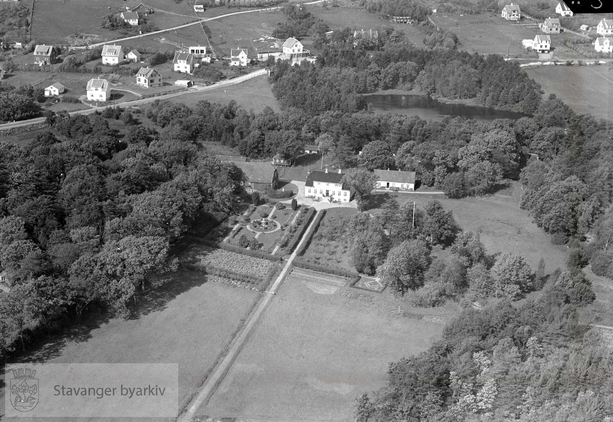 Mot Nordvest..Sentralt i bildet Hindal gård..I bakgrunnen Hinnasvingene, Auglendsveien (nå: Auglendsbakken), Nålestien, Vaulenveien, Gamleveien..