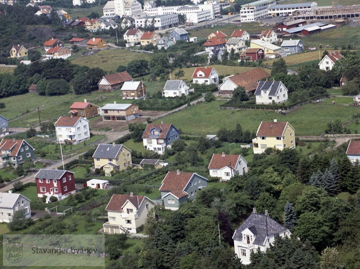 I nedre halvdel av bildet bebyggelsen til Zetlitzveien, Gandsveien, Wilhelm Sundts vei. Videre Skjeringen, Kråkebergveien..Øverst Hillevågsveien med Maskinhuset og flere industribygg