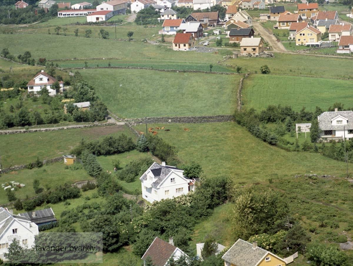 I forkant spredt bebyggelse til Øveråsveien, Øveråskroken, Øvre Sandvikvei..Øverst Brattåsveien, Ringåsveien. Øverst til venstre Bergåstjern sykehjem (tidl. Interkomm. sykehjem)