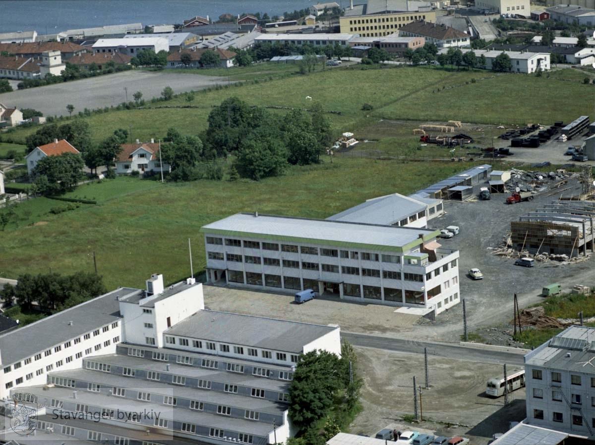 Maskinhuset og flere industribygg. Endeholdeplass for Hillevågsbussen..I bakgrunnen ballbane v/ Kvaleberg skole, tyskerbrakker, industribygg ved Sandvikveien, Gandsfjorden