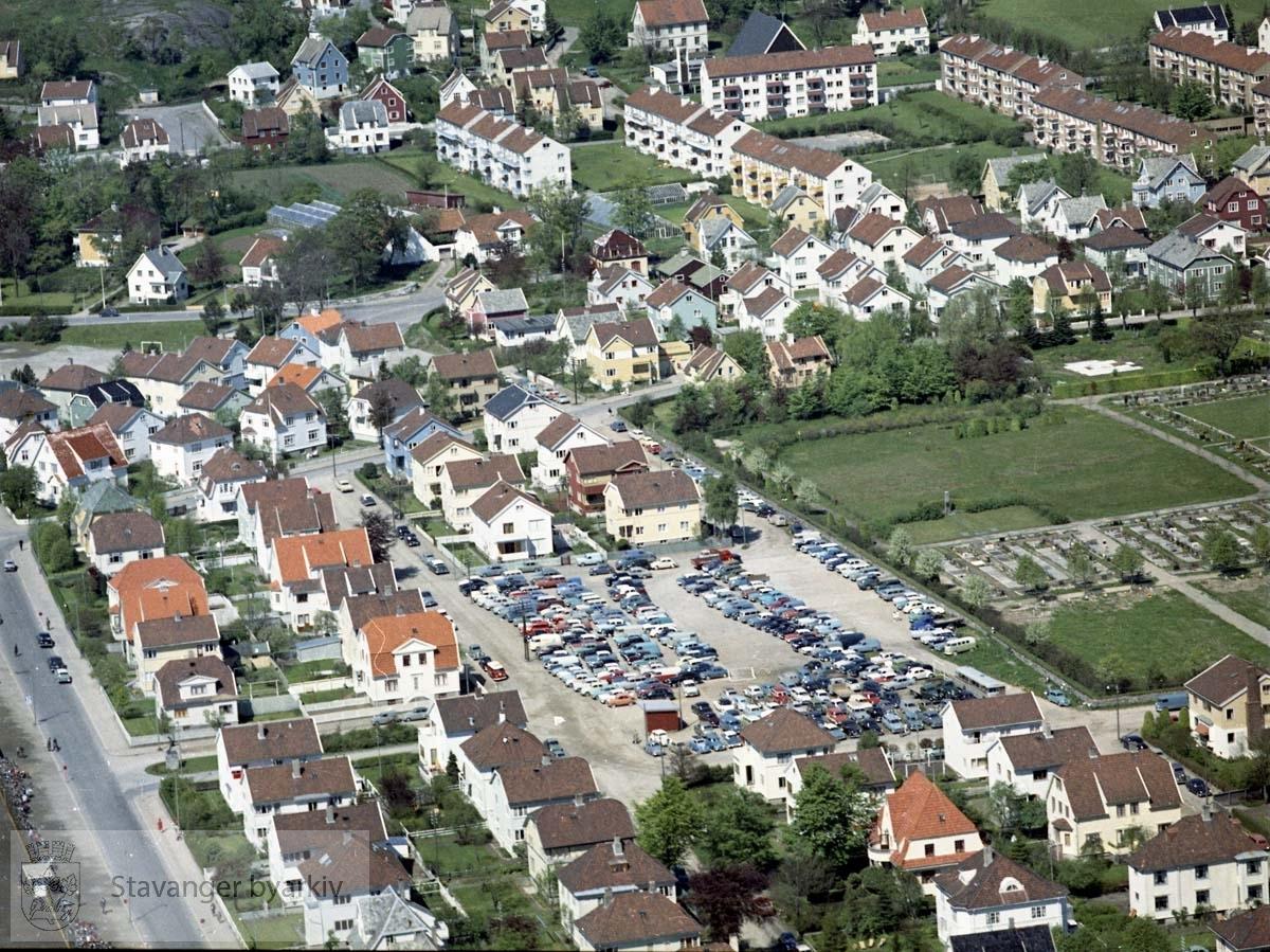 """Bebyggelse ved Holbergs gate, Tordenskjolds gate, Torfæus gate, Steingata, Brønngata, Stokkaveien..Øverst til høyre """"Misjonsblokkene"""" ved Seehusens gate, Lars Dahles vei, Misjonsveien ..Til høyre Eiganes Gravlund"""