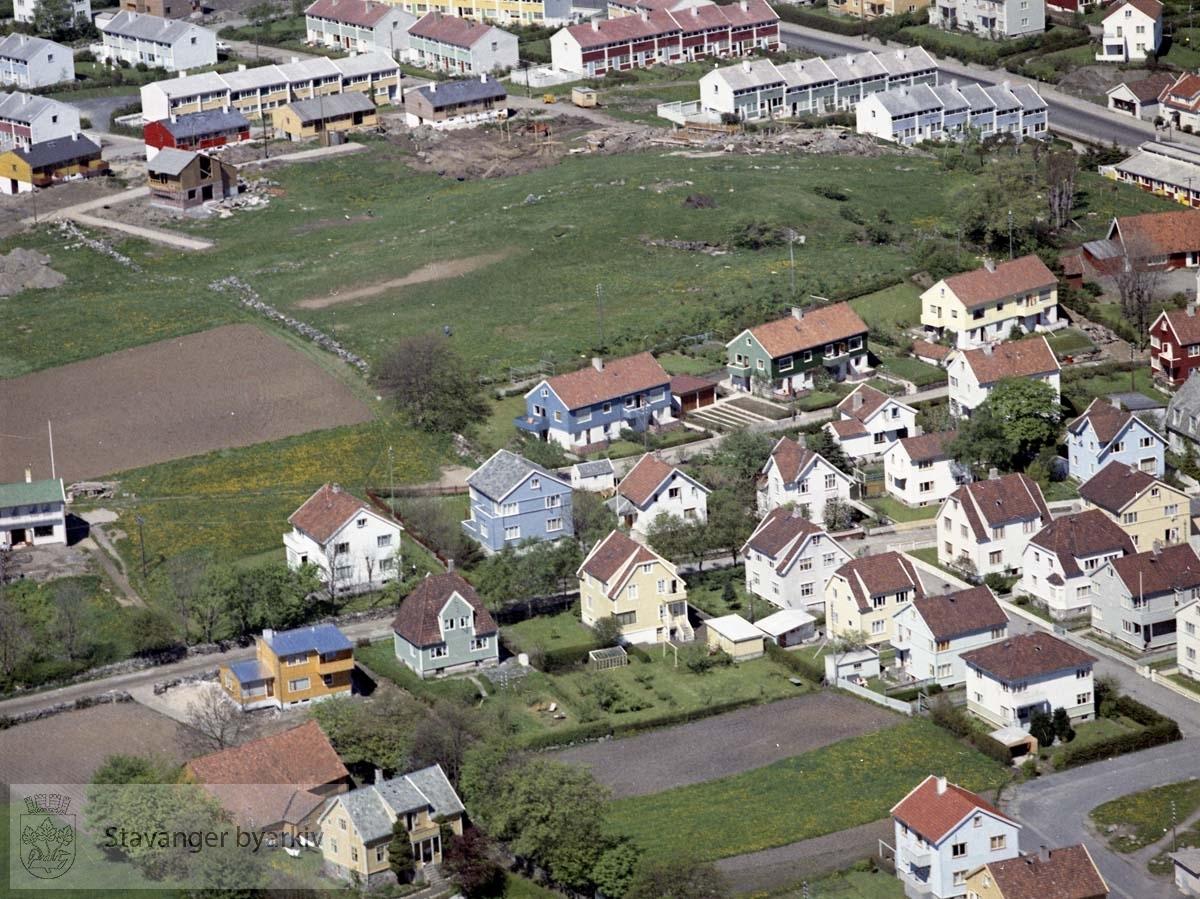 Bebyggelse ved Andrew Smiths gate, Olaf Paulus vei, Solandsbakken, Almeveien, Lars Dahles vei..Øverst til venstre bebyggelse i Bjørkeveien under oppføring, øverst til høyre Randabergveien