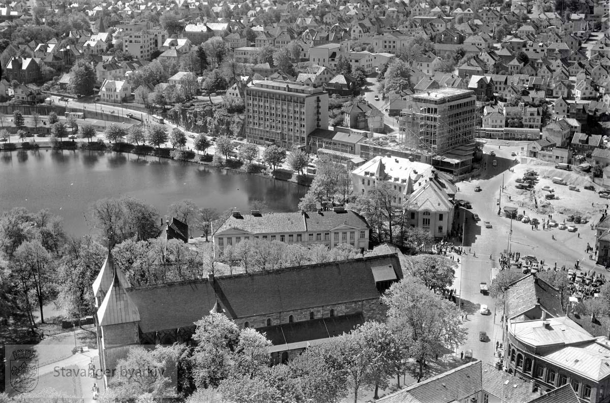 Stavanger indre. Haakon VIIs gate. Mot S.V:..Domkirken i forgrunnen. Bakenfor: Kongsgård, Breiavatnet, det gamle posthuset, Hotel Atlantic og Olavsgården.