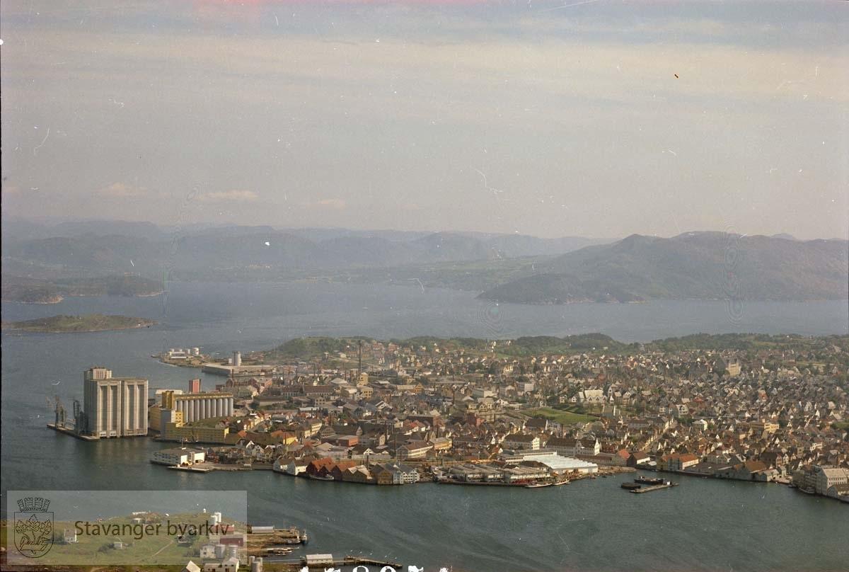 Foran fra venstre Grasholmen, Østre havn, Indre Steinkar, Storhaug, Indre Steinkar...I bakgrunnen Store Marøy, Riska, Gandsfjorden, Lihalsen, Lifjell