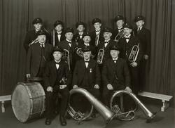 Løiten Musikkforening 1862-1937. Gruppe 14 musikkere med in