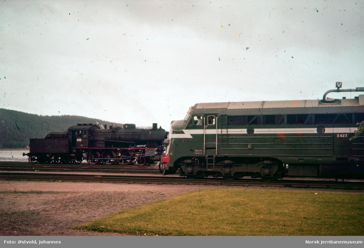 Damplokomotiv type 30c nr. 466 og diesellokomotivtype Di 3 nr. 623 på Steinkjer stasjon.
