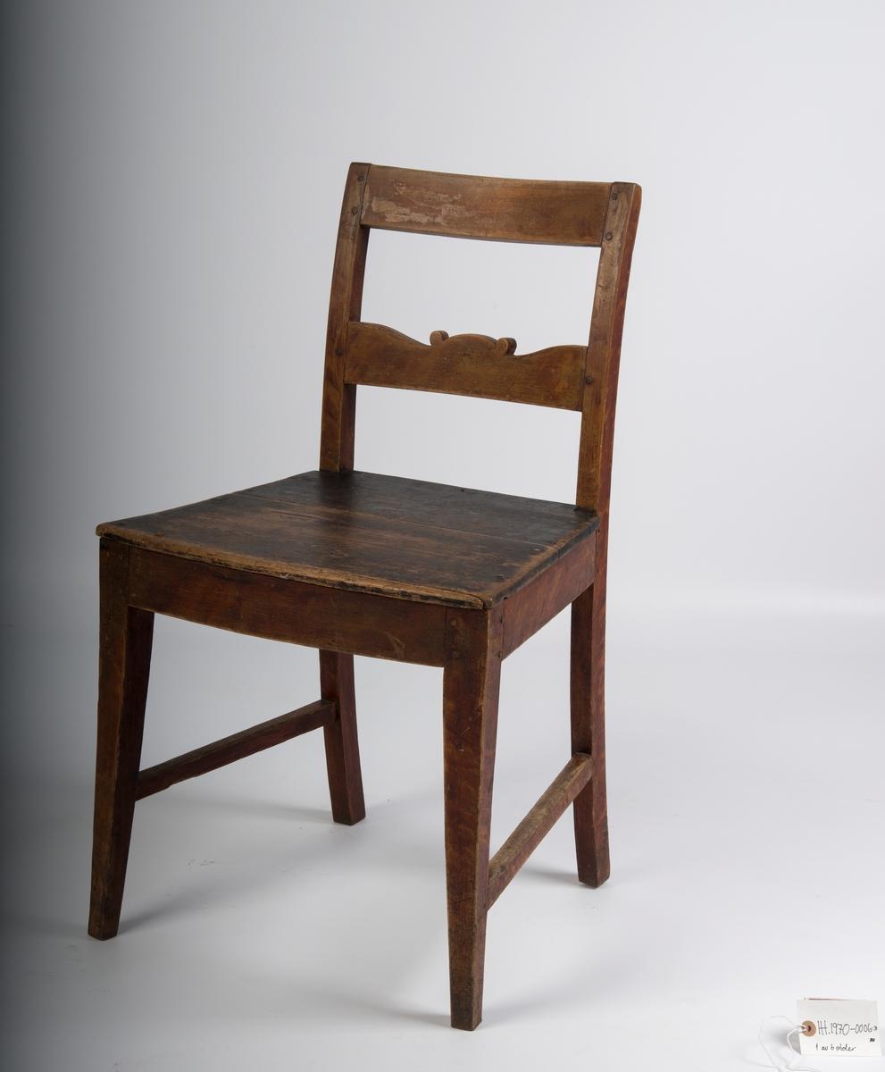 Sete består av to plankebord. Kombinasjon av bjørk og furu, furusete og korpus av bjørk. Malt med fantasi-ådring/marmorering. To sidesprosser.