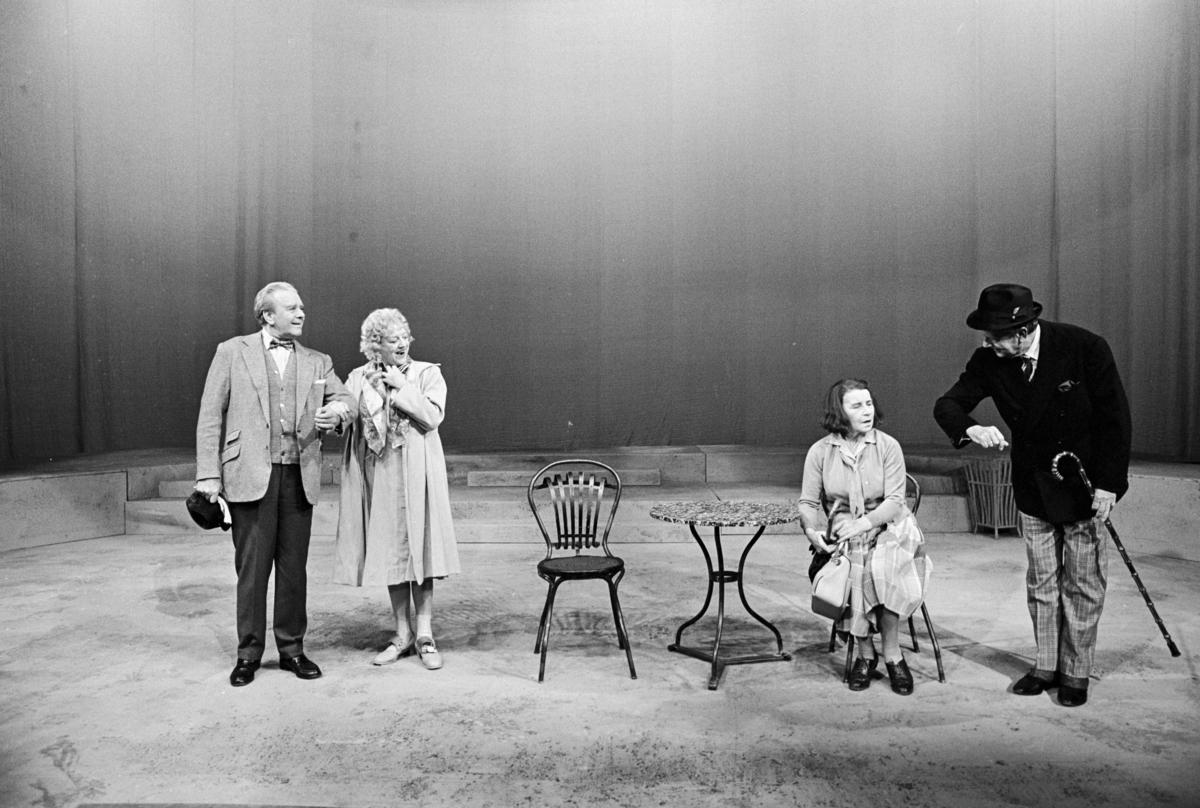 """Scene fra Nationaltheaterets oppsetning av David Storeys """"Hjem"""". Forestillingen hadde premiere 27. oktober 1971. Kirsten Sørlie hadde regi og medvirkende var blant andre Per Aabel som Harry, Stein Grieg Halvorsen som Jack, Ella Hval som Marjorie og Aase Bye som Katleen."""