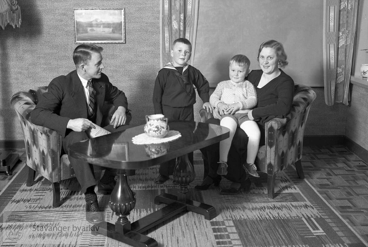 Foreldre og to barn i stua.
