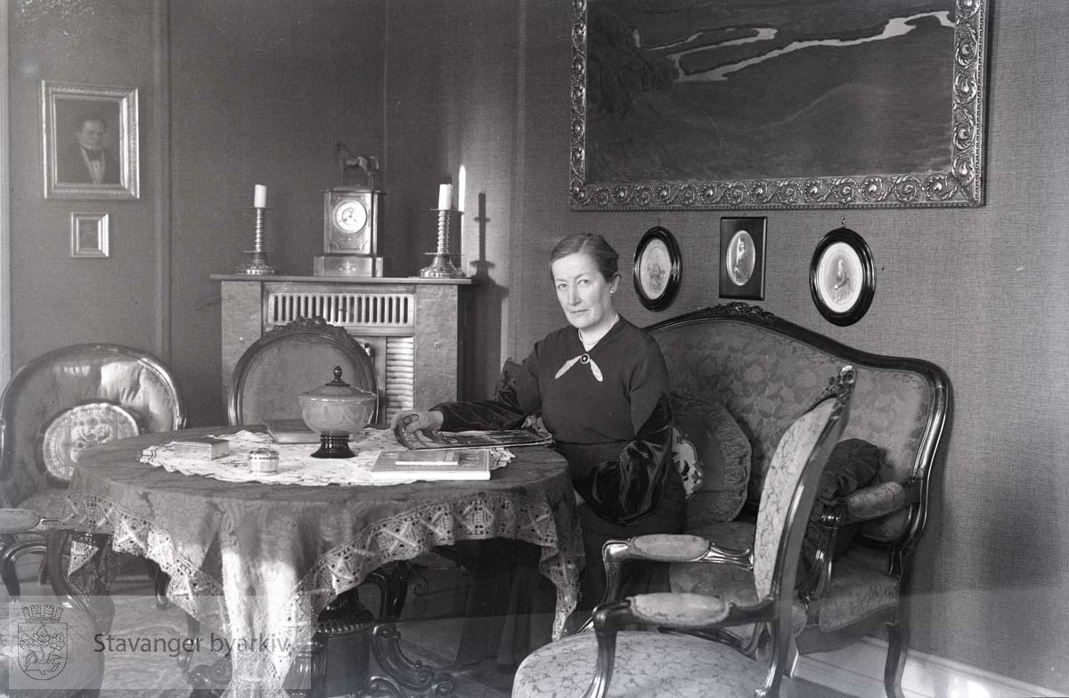 Fru Alice Oftedahl fotografert for Alle Kvinners Blad.