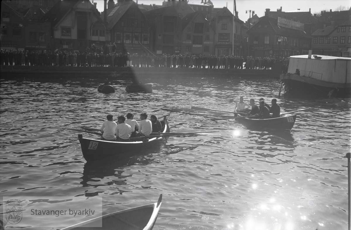 Småbåter i havnebassenget