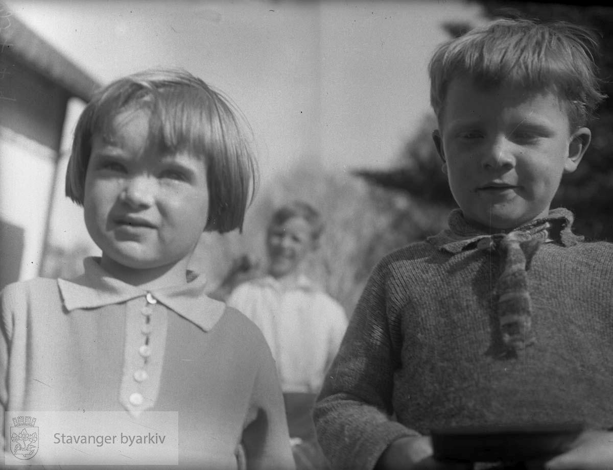 En gutt og en jente. (* Flere av fotografiene mellom 2000 og 2100 later til å være fra tidlig 1900-tall. Registrator stiller seg derfor tvilende til at disse er tatt av Gard Paulsen. Mulig tidlige bilder av Hans Henriksen har blandet seg inn blant Paulsen-bildene?)
