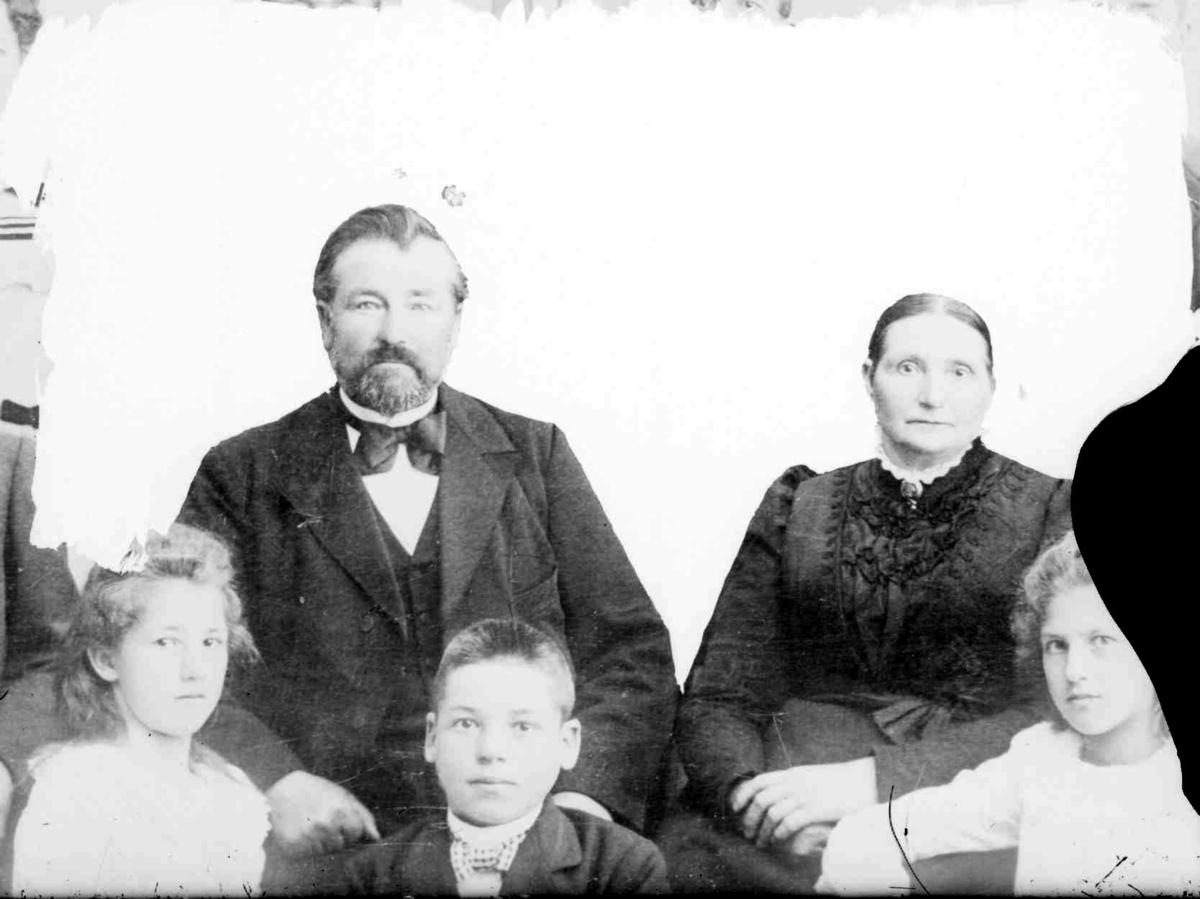 Gruppebilde av ektepar med tre barn.