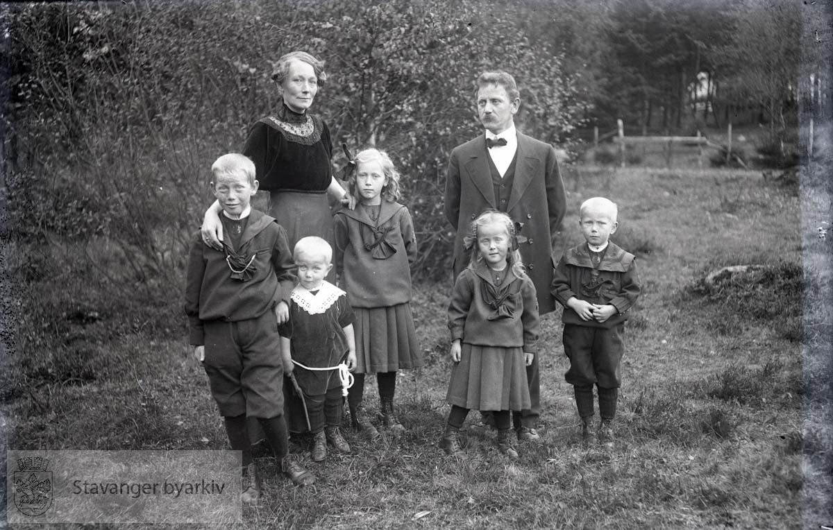 Gustav og Serine Paulsen med fem barn