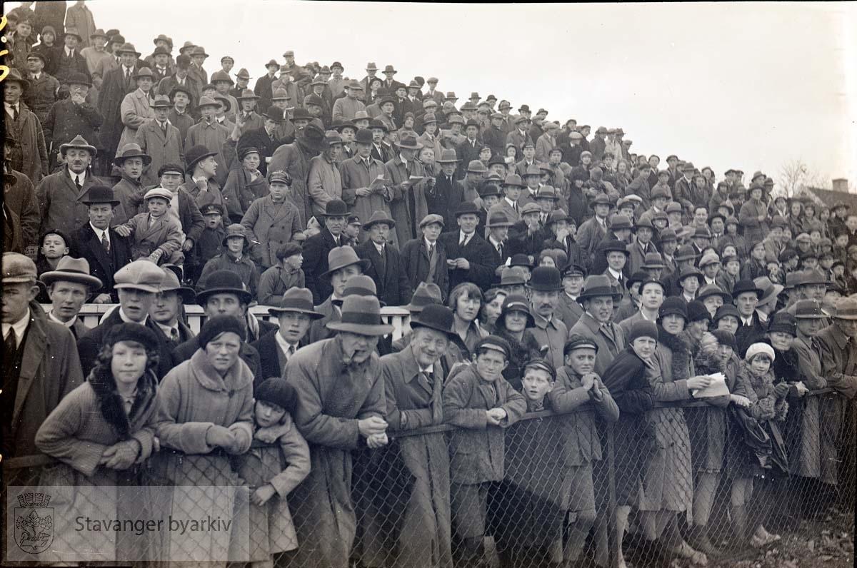 Tilskuere på tribunen.