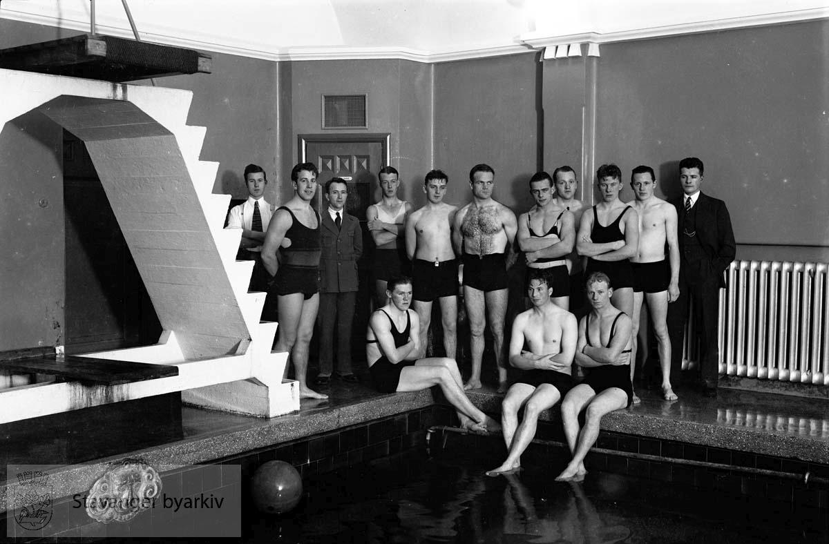 Styrmannselever i svømmehallen