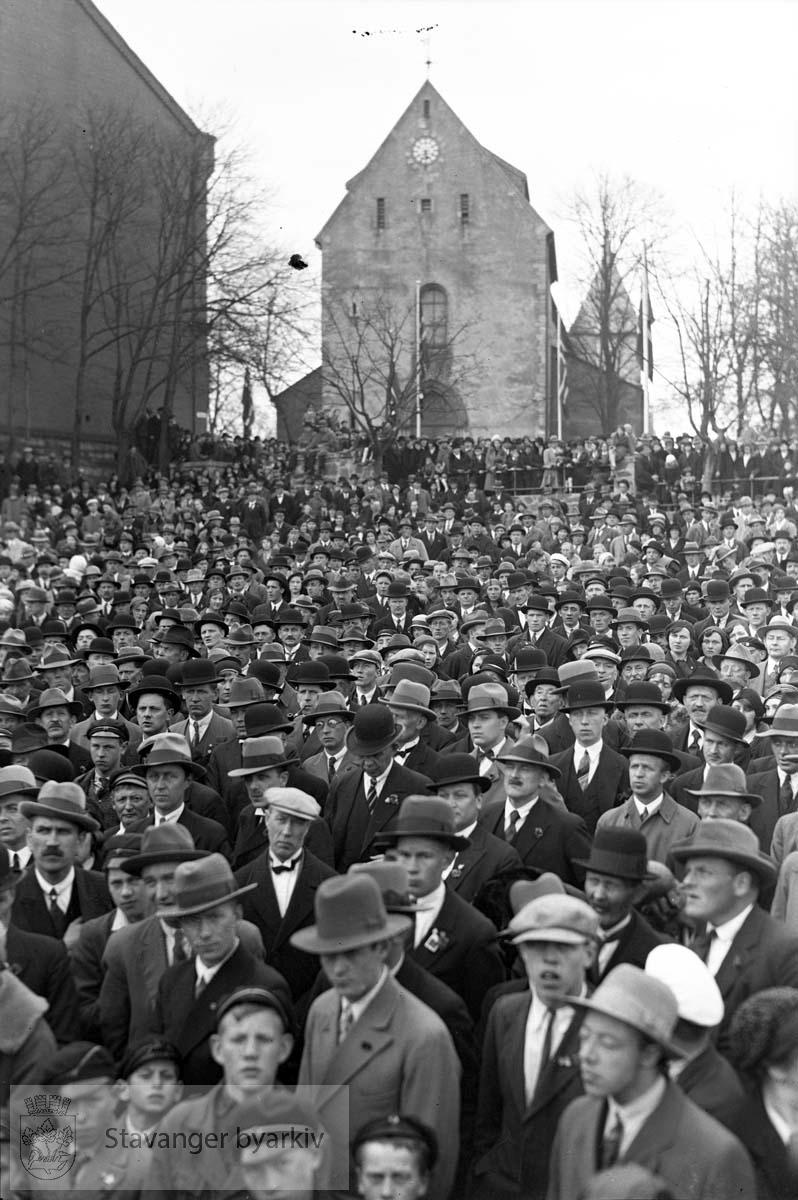 1. mai.folkesamling på torget..Mot domkirka
