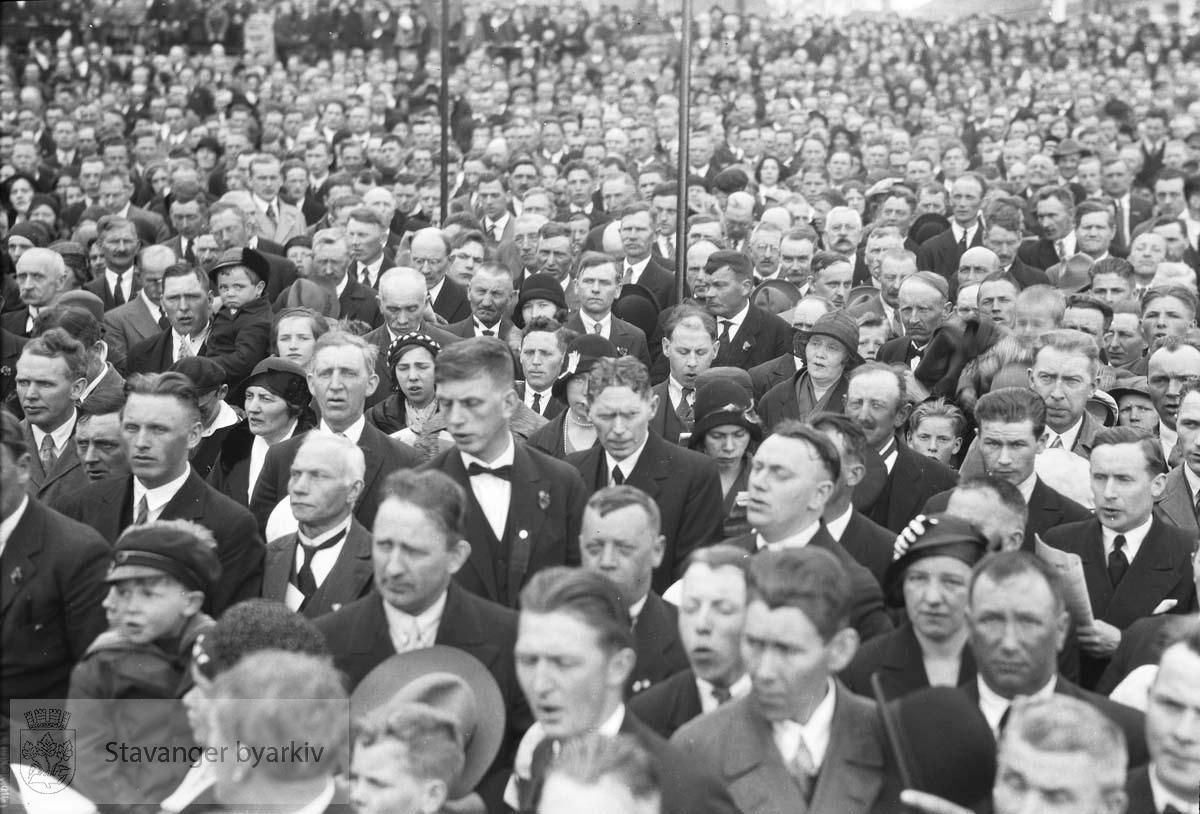 1. mai.folkesamling på torget.