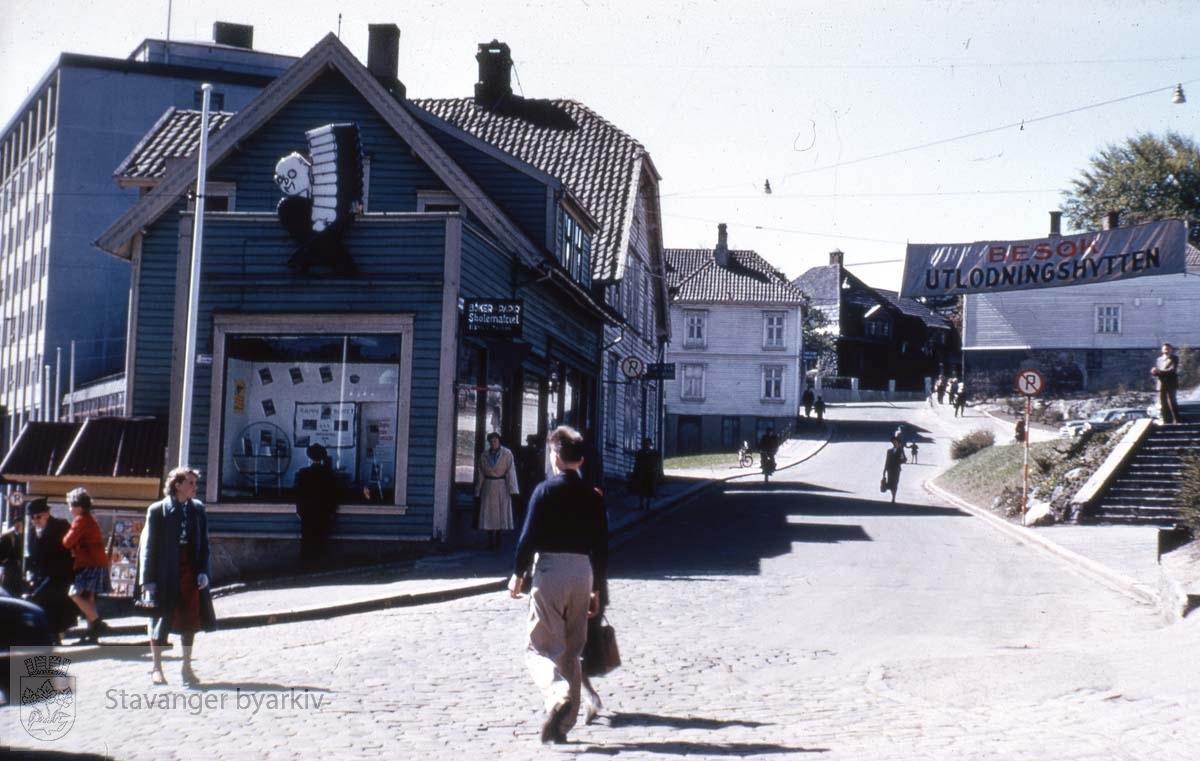 Bang og Moldes bokhandel i nr. 4 nærmest