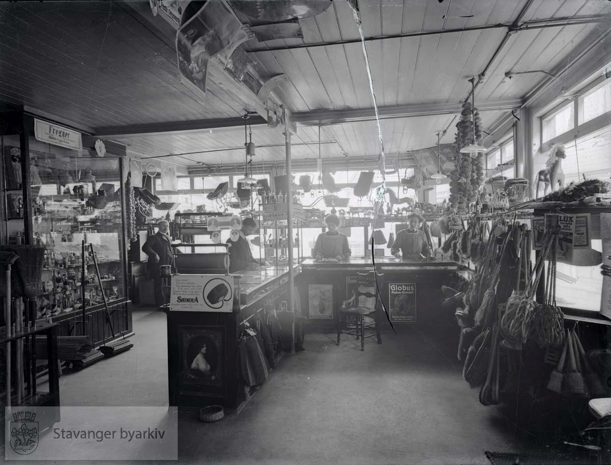 Diversehandelen til firmaet Jens S. Andersen, som drev maler-, farve- og materialvarehandel i Skagen 12 fra 1897. innehaver var jens S. Andersen (1863-1914)