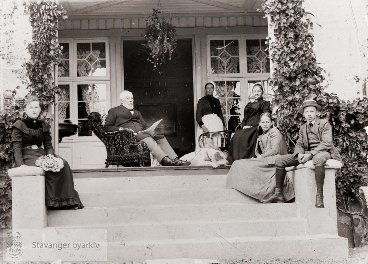 Familegruppe på trapp foran veranda