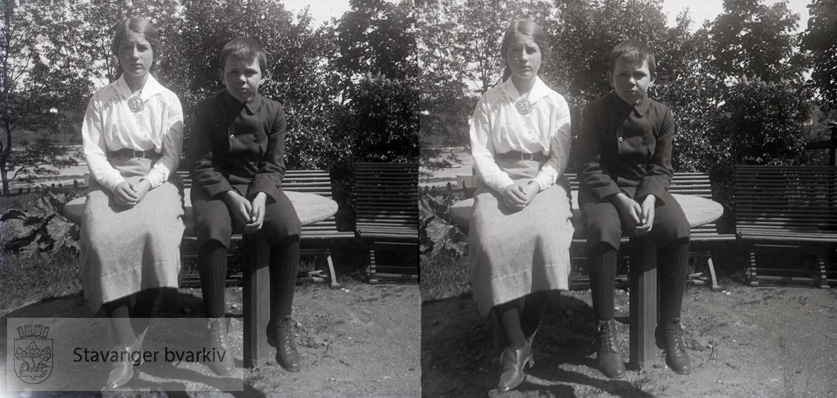 2 av barna til Johan Smith og Nicoline / Lina f. Eckhoff..Bildet er tatt i 1915. Sofie het egentlig Ingeborg Laura Sofie...Stereofotografi.