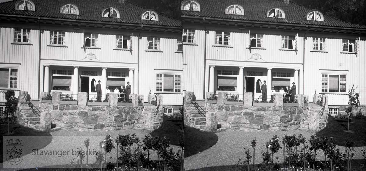 Kristoffer Grude med følge er kommet til Rjukan og Norsk Hydros administrasjonsbygning tegnet av Thorvald Astrup...Stereofotografi.