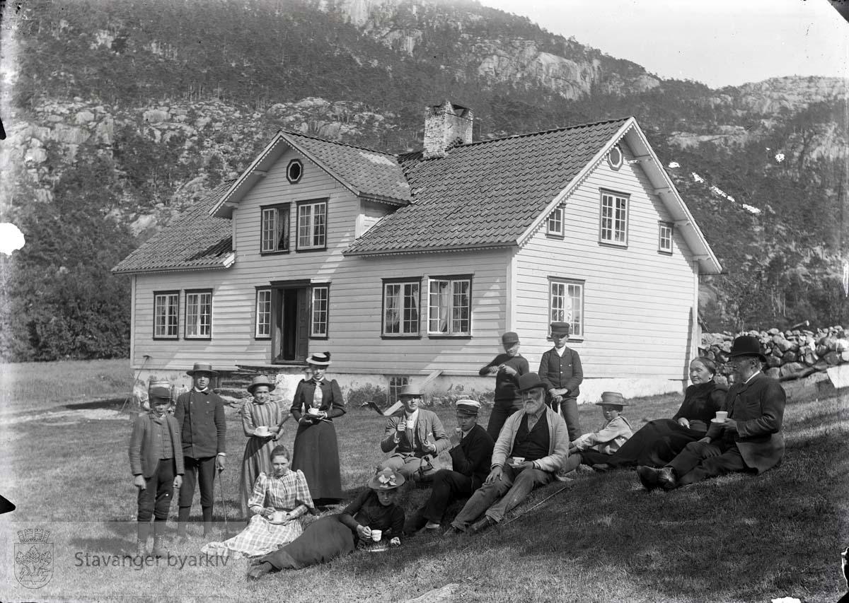 Laura og Wilhelm sammen med familie ytterst til høyre foran enebolig.