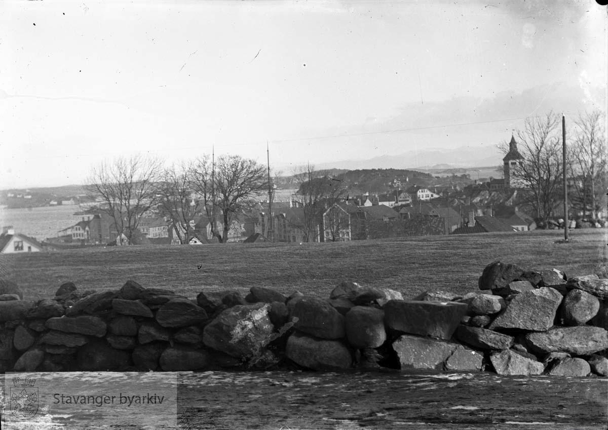 Valbergtårnet i bakgrunnen t.h.Eiganesløkkene