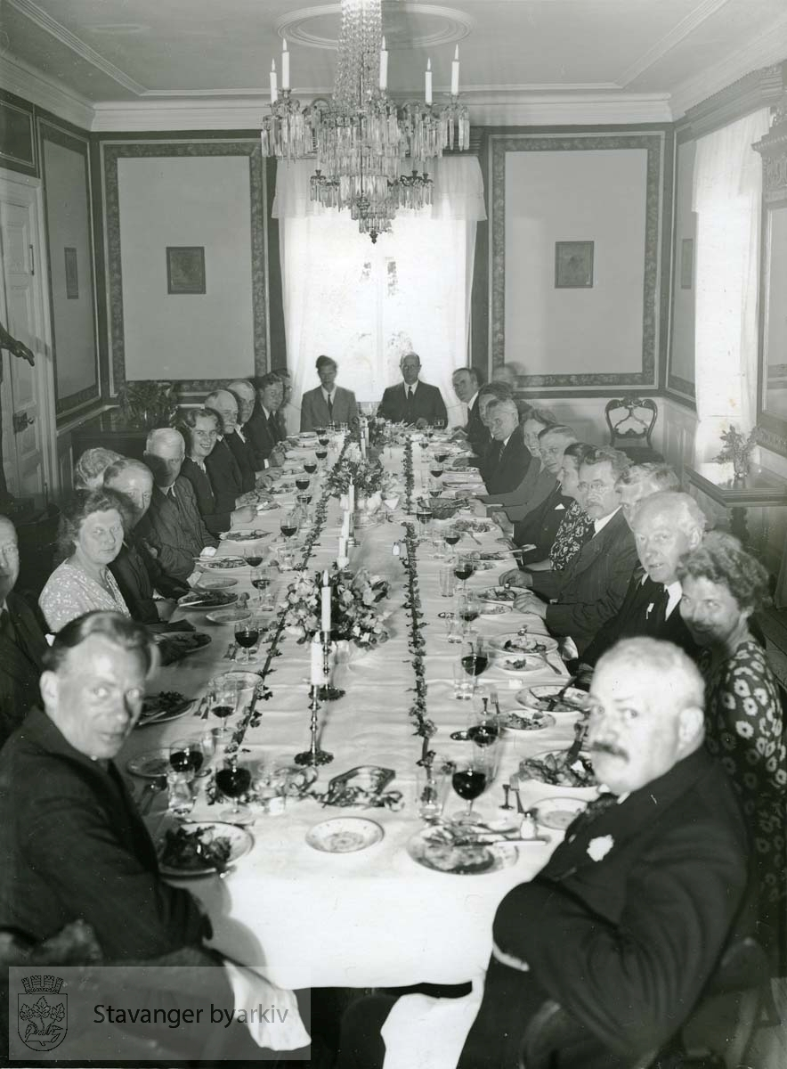 Sommeren 1946: Middag på Ledaal i anledninge professor Seips æresmedlemskap i museet. ..(Fra minnealbum avlevert av familien Hansen. Bildene og dokumentene er dog blitt til som ledd av L.W.Hansens kommunale virke, og er således innlemmet som del av formannskapets bildearkiv)