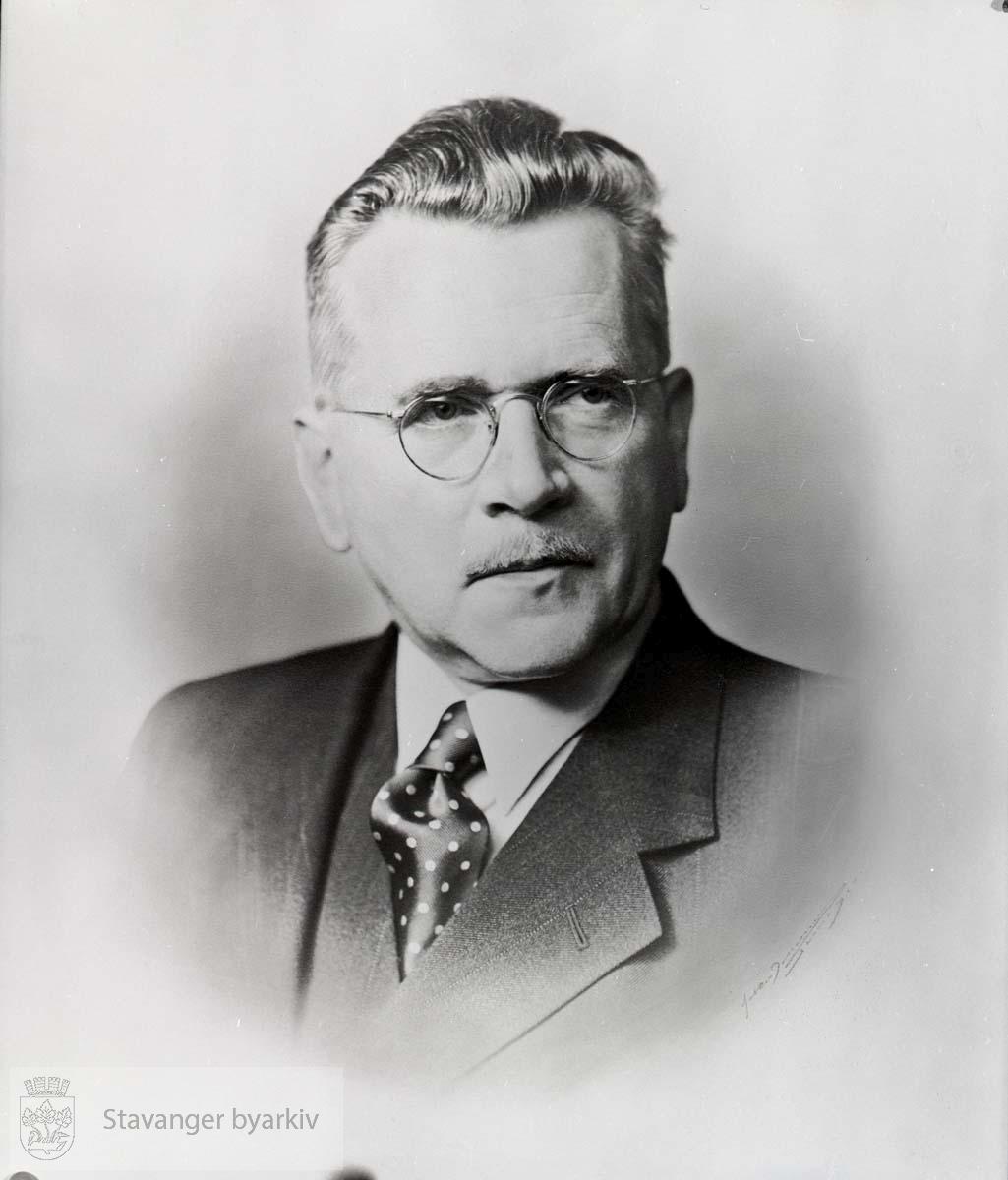 Ordfører i Stavanger 1946. Arbeiderpartiet..Finansrådmann 1947-1957..Paraplymaker.