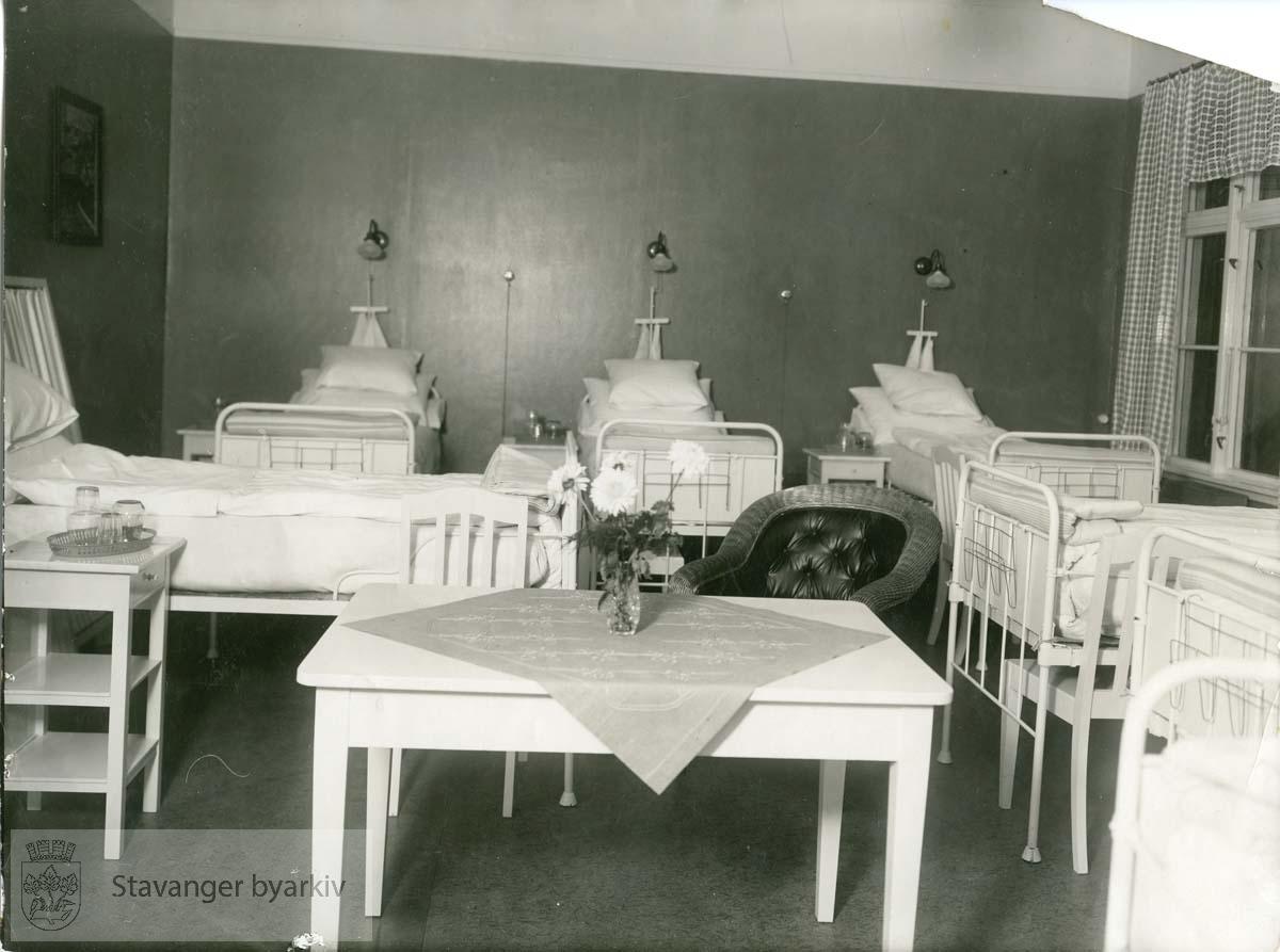 Sykestuen med sykesenger og bord. .Avlevert av Harald Bjørnestad.