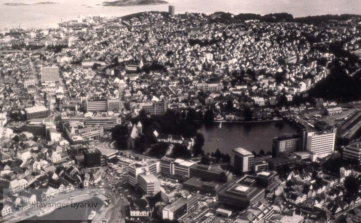 Flyfoto over Stavanger med Vågen, Torget, Breiavatnet, Kleivå, Bergeland og Storhaug