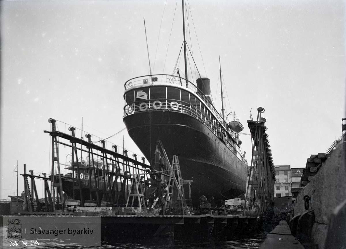 Skip i dokk ved Rosenberg Mekaniske Verksted.Buøy