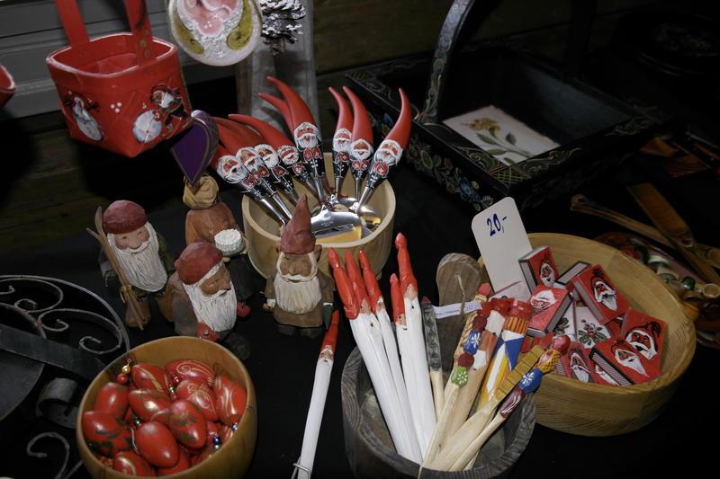 På julemarkedet finnes det et stort utvalg ulike husflidsprodukter. Foto: MiA