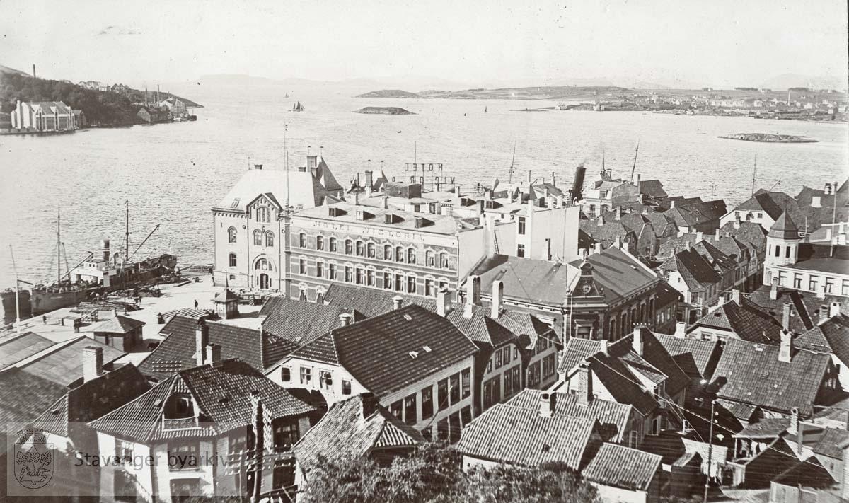 Skansekaien sett fra Valberget..Tollboden og Hotel Victoria i midten. .Byggene vi ser ligger til Skansegata , Valberggata, Valbergjet, Øvre Holmegate, Neder Holmegate og Skagen.