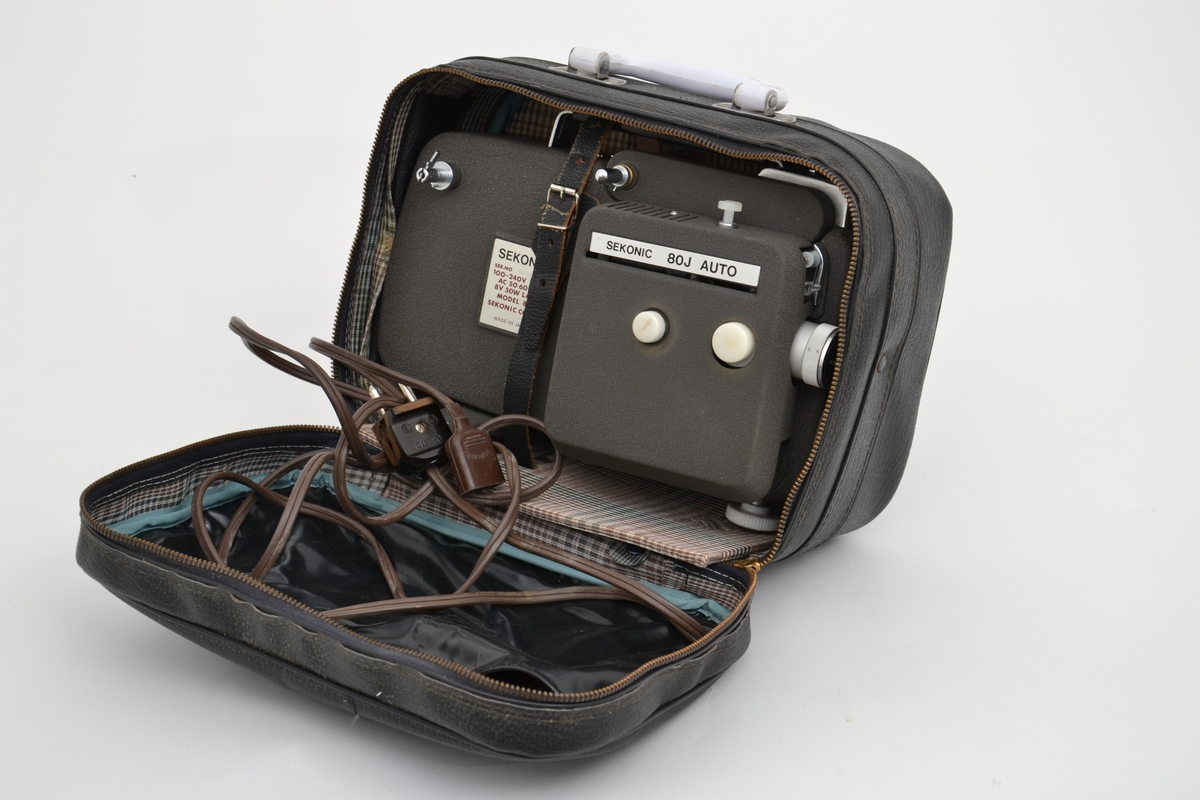 Filmfremviser i bag av typen Sekonic, modell 80J med 8 (9) filmbånd med opptak fra slutten av 60-tallet og tidlig 1970-tall. Framviseren er i god stand.