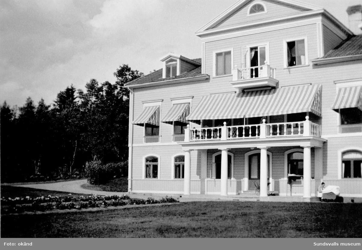 Exteriörer från Bergsåkers gård. Fotografier hämtade ur album från gården.