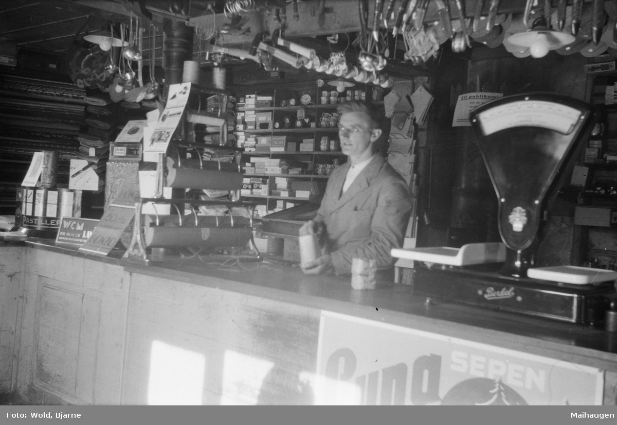 Conrad Johnsen bak disken i butikken på Linjordet