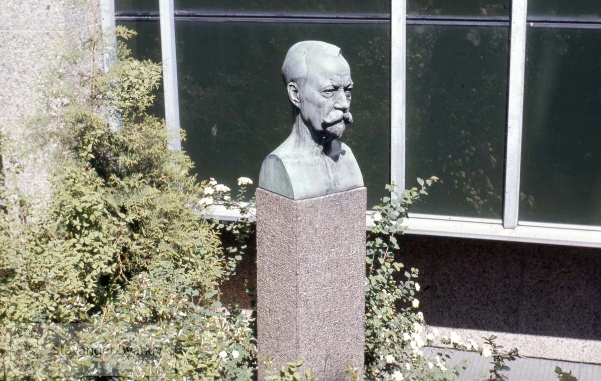 Jens Tvedt, ved biblioteket..Byste av Ståle Kyllingstad