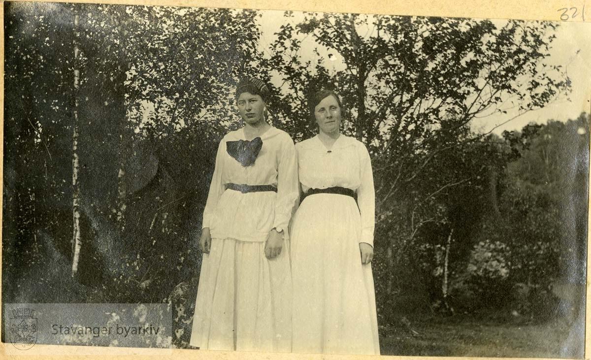 To damer, begge i hvitt med sorte belter