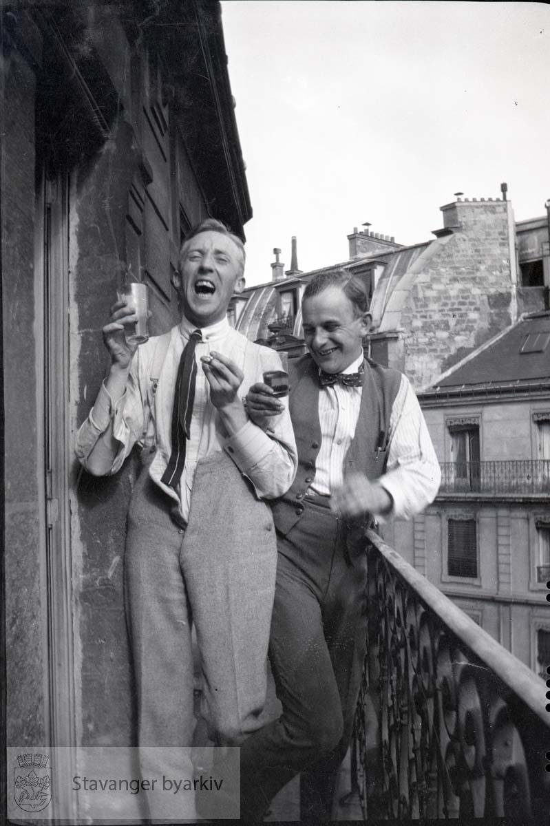 To lystige menn hever glasset på balkong..England?