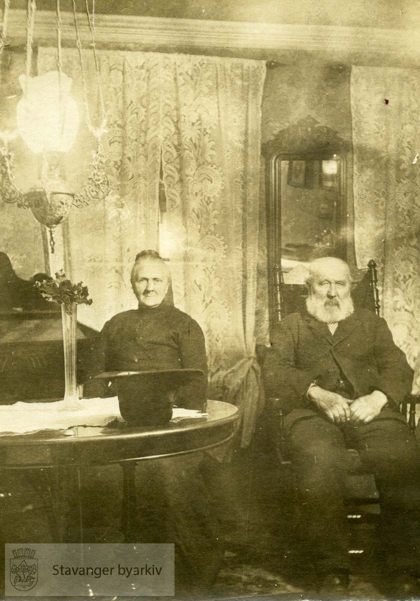 Eldre par i stue