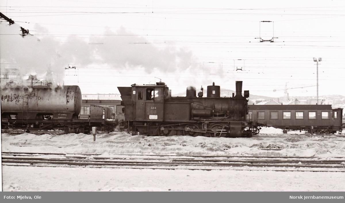Damplokomotiv type 25d 424 i skiftetjeneste på Oslo Østbanestasjon. Her hentes en tankvogn med melk som har medfulgt et ankommende persontog.