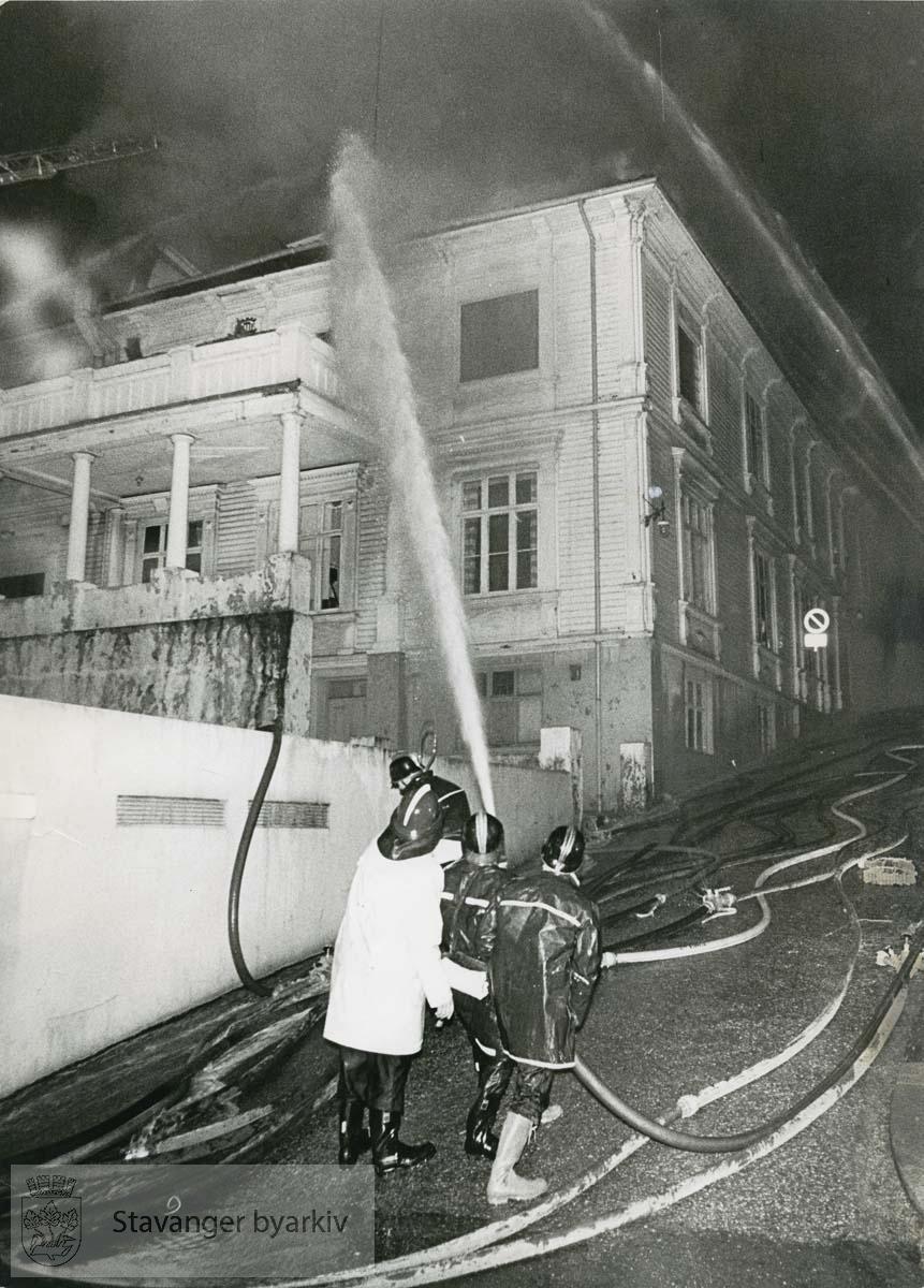 """Brannmenn slukker brannen. .Verdensteatret også kalt """"Verdens"""" ble totalskadd i brannen..Kinoen var i festsalen til tidligere Stavanger Haandverk- og industriforening. I dag står Tårngalleriet der."""